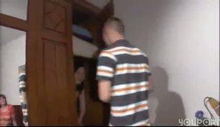 Зрелая сука отсасывает член приятеля на пару с молодой подругой