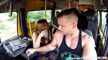 Чешские красотки устроили оргию в автобусе в середине дня в своем городе
