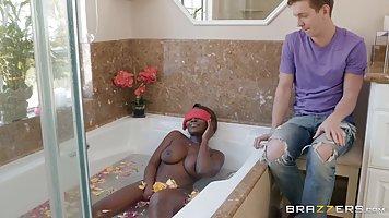 Русский парень трахает шикарную мулатку в ванной