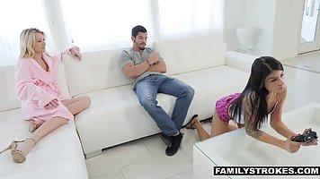 Мужик трахнул подругу жены пока та играла в приставку