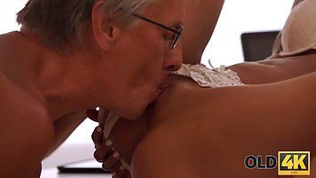 Зрелый дед трахает нежно молодую девушку в киску