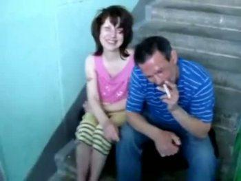 Жена разделась в подъезде и взяла в рот длинный член соседа