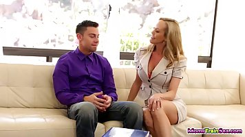 Брэнди любовь и Кира Уинтерс играют в грязные игры с красивым парнем на диване